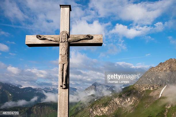A wooden crucifix pictured with the peaks 'Wildengrundkopf' and 'Geisshorn' in the background near the mountain hut 'Mindelheimer Huette' on June 28...