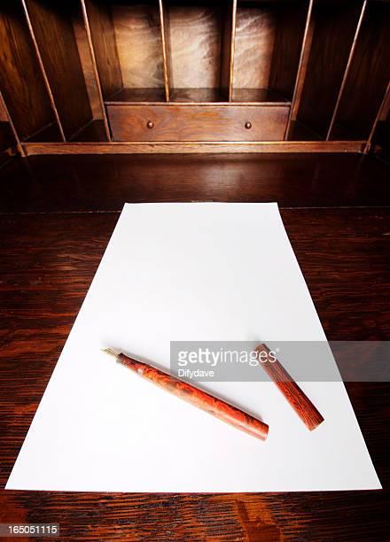 Scrivania in legno con carta e penna
