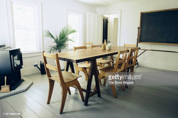wooden dining table and chairs at home - tavolo da soggiorno foto e immagini stock
