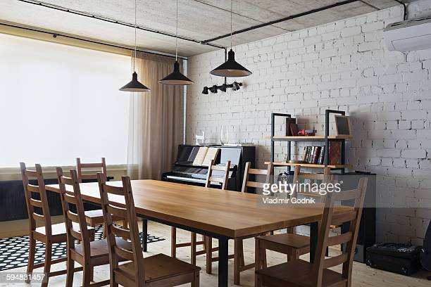 wooden dining table and chairs at home - sala da pranzo foto e immagini stock