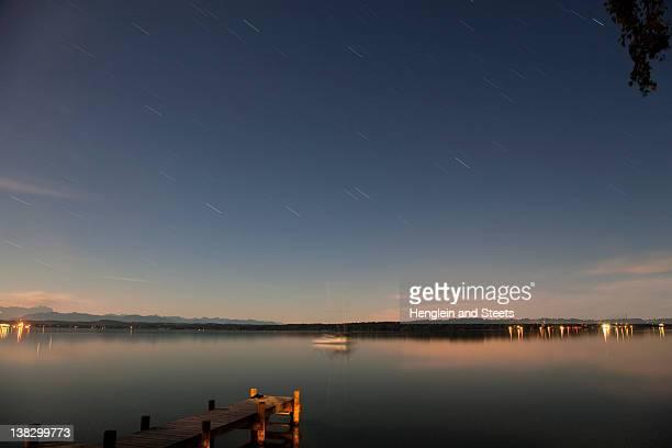 quai en bois sur le lac encore étirements - starnberg photos et images de collection