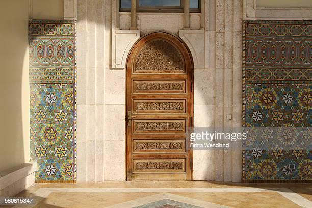 wooden door at hassan ii mosque - mosque hassan ii photos et images de collection