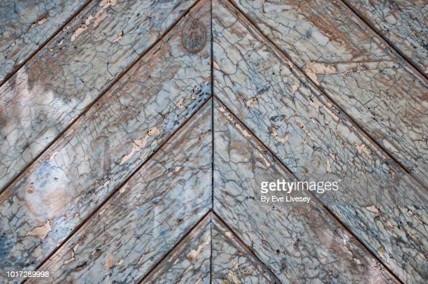 wooden door texture - herringbone - fotografias e filmes do acervo