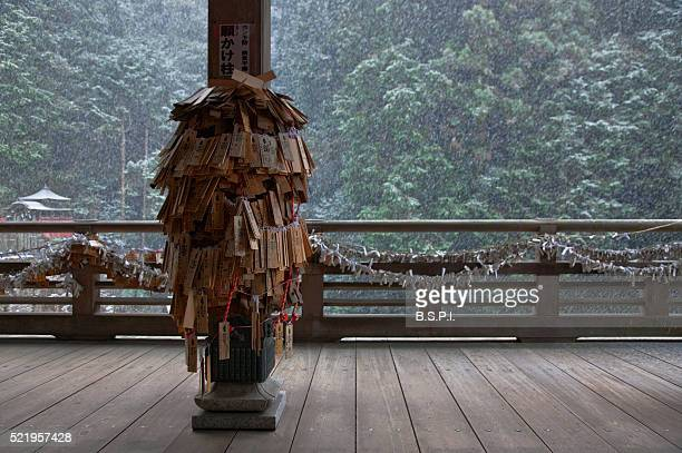 wooden ema for healing and o-mikuji fortunes at snowy tanukidani fudo-in temple in kyoto, japan - shingon buddhismus stock-fotos und bilder