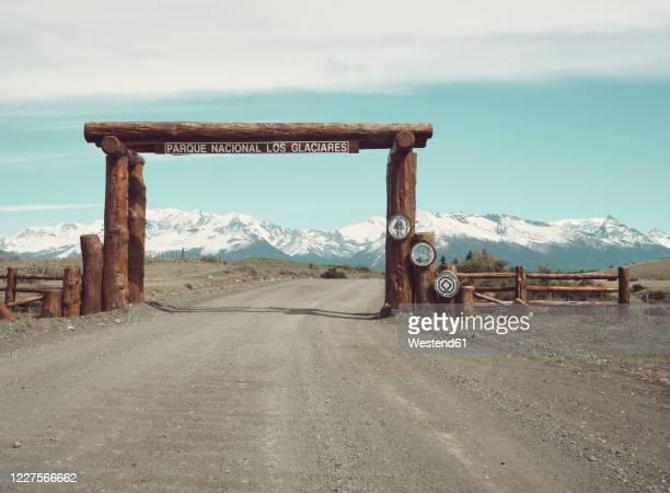 wooden entrance to the parque nacional los glaciares, chalten, argentina - nature reserve foto e immagini stock
