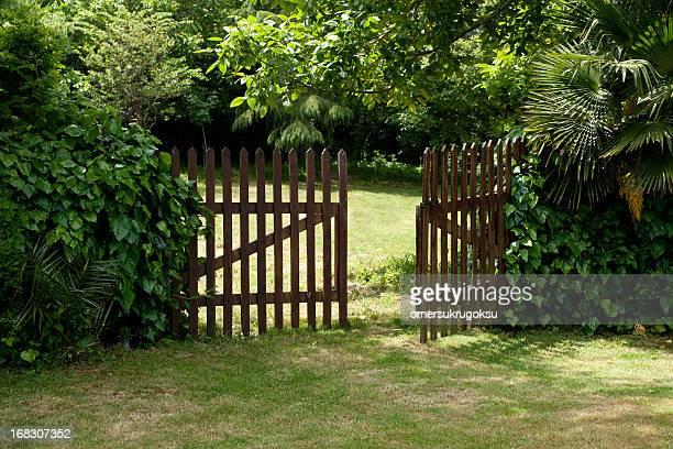 木製のフェンス - 門 ストックフォトと画像
