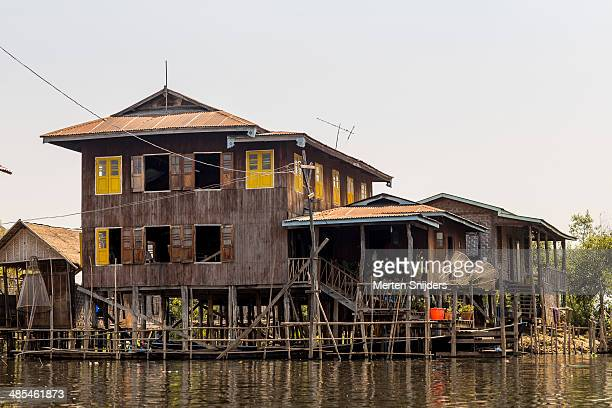 wooden fishermen's house on poles - merten snijders 個照片及圖片檔