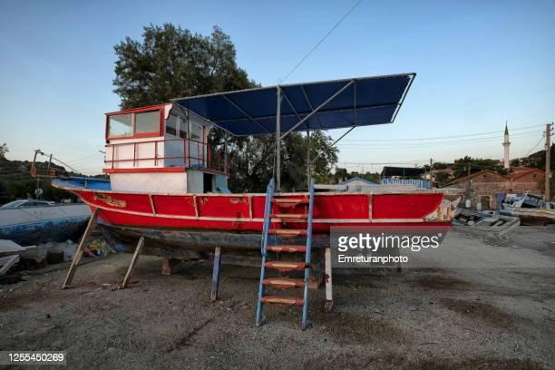 wooden fishing boat in dry dock,ildir - emreturanphoto fotografías e imágenes de stock