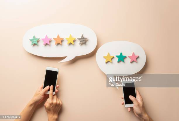 wooden five star shape with chat bubble and smart phone. - 採点 ストックフォトと画像