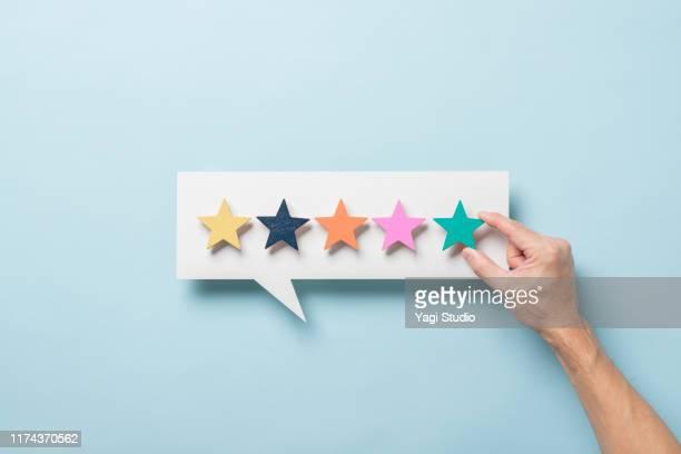 wooden five star shape with chat bubble - vijf dingen stockfoto's en -beelden