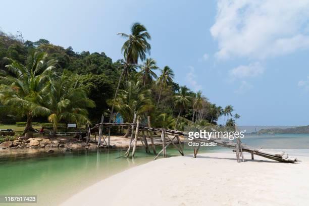 a wooden footbridge to bang bao beach on ko kut island - golf von thailand stock-fotos und bilder