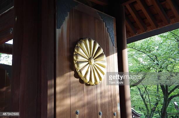 木製のゲート、日本のイアンペリアルシール - キク科 ストックフォトと画像