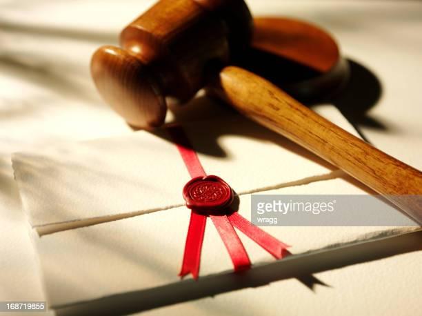 Hölzerne Richterhammer und ein Juristisches Dokument