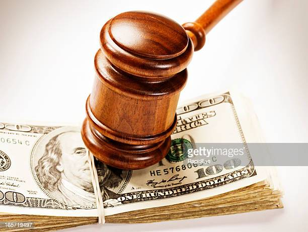 Martelo de Juiz de madeira franja para baixo no pacote de dólares americanos