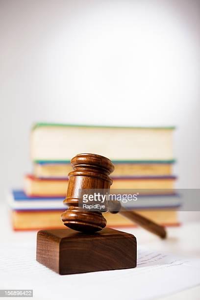 Martelo de madeira e bloco de sonda e lei Livros: Justiça em acção