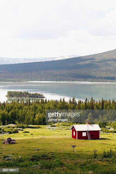 wooden house at lake - swedish lapland stock-fotos und bilder