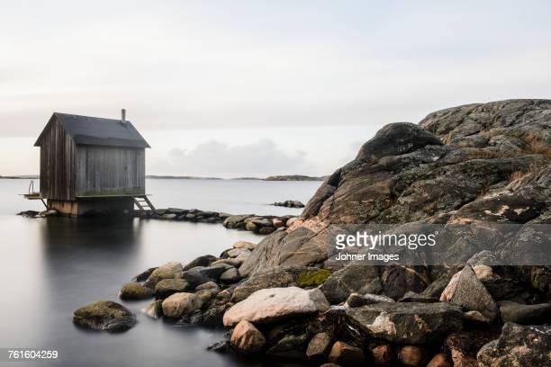wooden hut at coast - arquipélago - fotografias e filmes do acervo