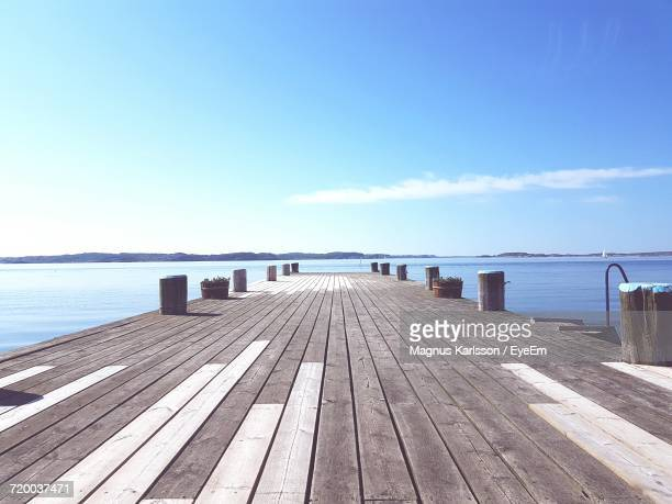 wooden jetty leading to sea - molo foto e immagini stock