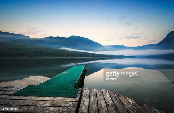 Hölzerne Steg an Mountain Lake bei Sonnenaufgang