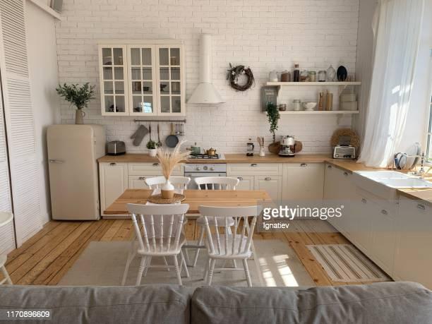 木製キッチンとダイニングルーム - 北ヨーロッパ ストックフォトと画像