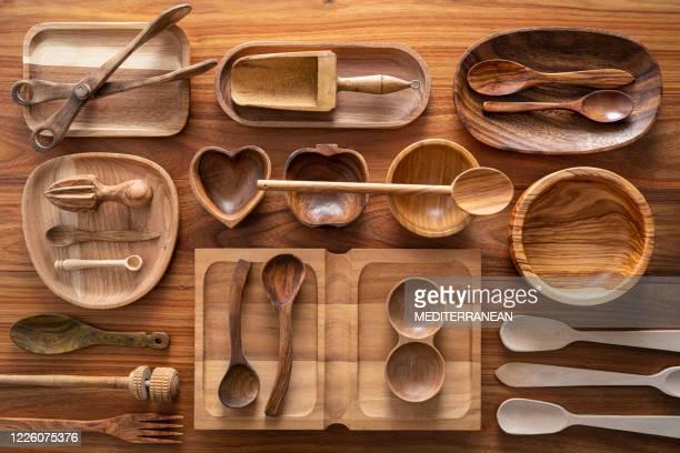 木製の背景に木製のキッチン用品の切り傷 - 台所用品店 ストックフォトと画像