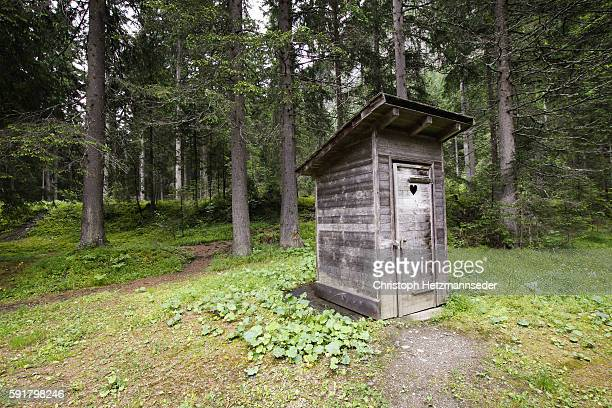 wooden outhouse - gemak stockfoto's en -beelden