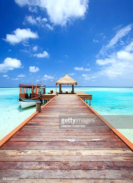 wooden pier to lagoon, indian ocean, maldives - pier stockfoto's en -beelden