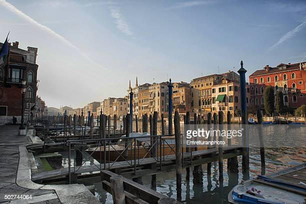 wooden piers along grand canal in venice - emreturanphoto stock pictures, royalty-free photos & images