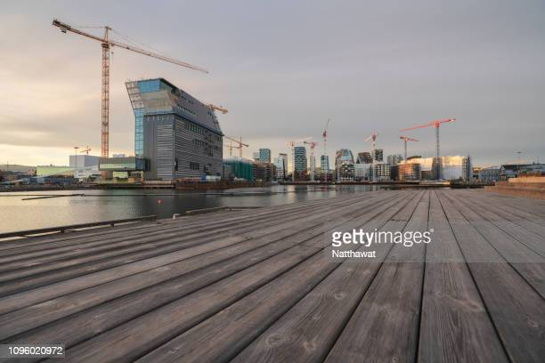 wooden platform lookout towards barcode project construction site in oslo, norway - bedrijven financiën en industrie stockfoto's en -beelden