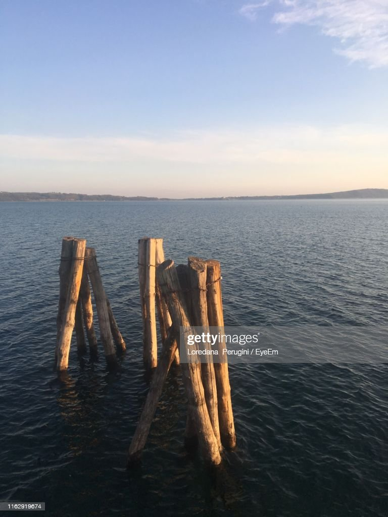 Wooden Posts In Sea Against Sky : Foto stock