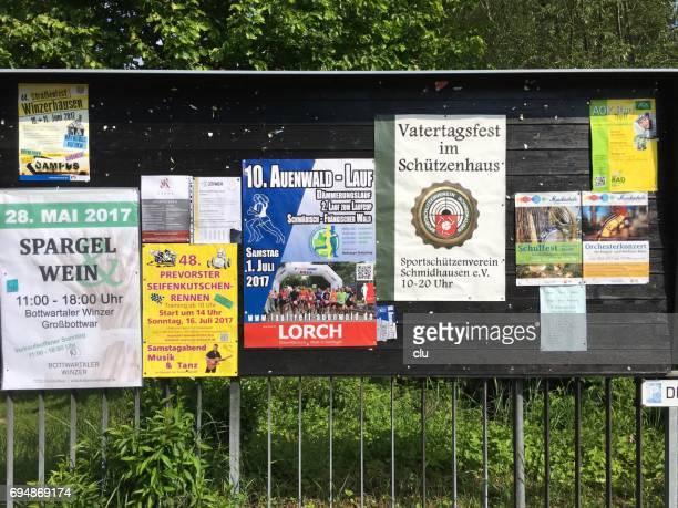 Hölzerne öffentlichen Tafel mit Ankündigung Poster
