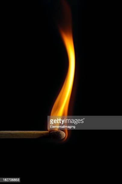 Crosse en bois correspond à la lumière et de feu isolé sur fond noir