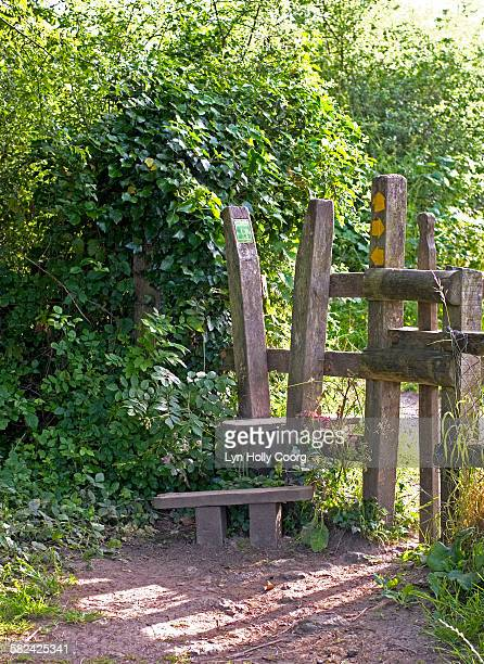 wooden stile in countryside - lyn holly coorg photos et images de collection