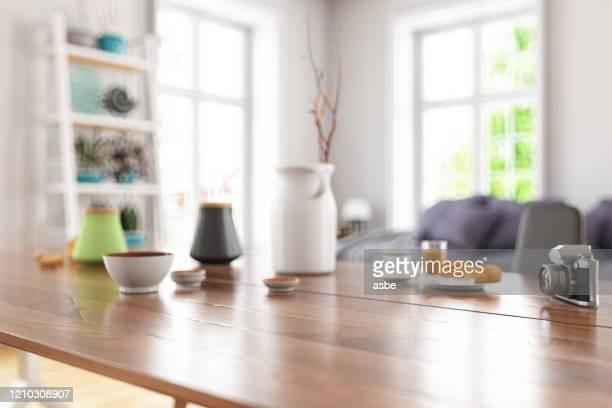houten tafelblad met waas van modern woonkamerinterieur - eettafel stockfoto's en -beelden