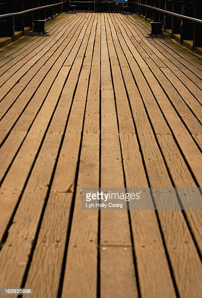 wooden walkway - lyn holly coorg photos et images de collection