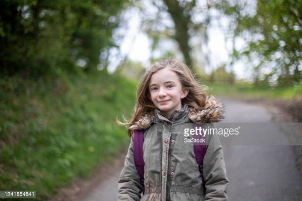 passeggiata nel bosco - solo una bambina femmina foto e immagini stock