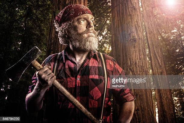 woodsman with axe in the forest - machismo fotografías e imágenes de stock