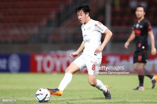 Worachit Kanitsribumphen of Chonburi FC passes the ball during the Thai League 1 match between True Bangkok United and Chonburi FC at True Stadium on...