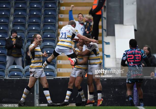 Worcester celebrate Dean Hammond of Worcester Warriors winning try during the European Challenge Cup match between Worcester Warriors and Stade...