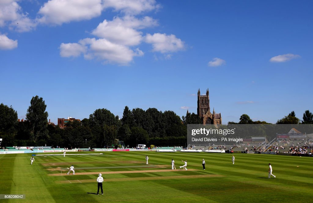 Cricket - Liverpool Victoria County Championship - Divison Two - Day One - Worcestershire v Surrey - New Road : News Photo