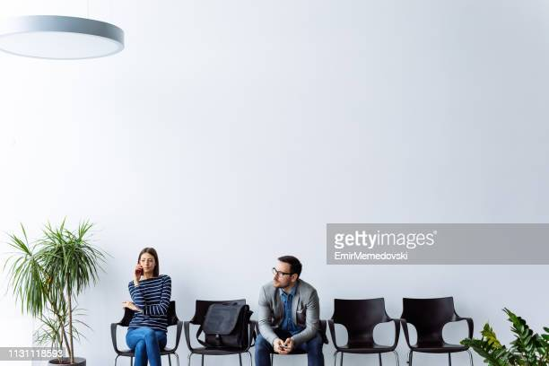 arbeitskandidaten warten auf vorstellungsgespräch - wartezimmer stock-fotos und bilder