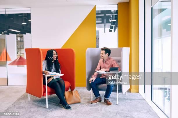 work colleagues having meeting in creative office - designer einrichtung stock-fotos und bilder