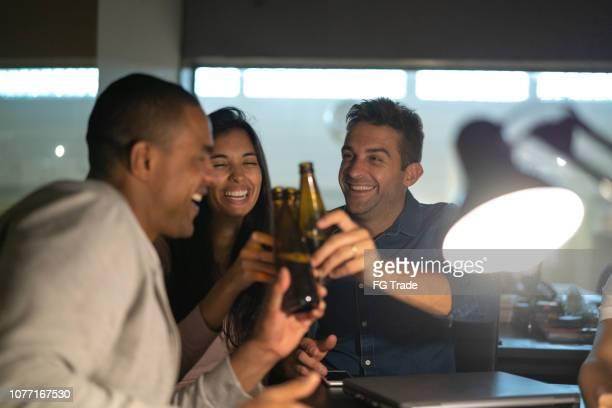 仕事の同僚のビールでは後作業後半のオフィスでの乾杯 - 仕事後 ストックフォトと画像