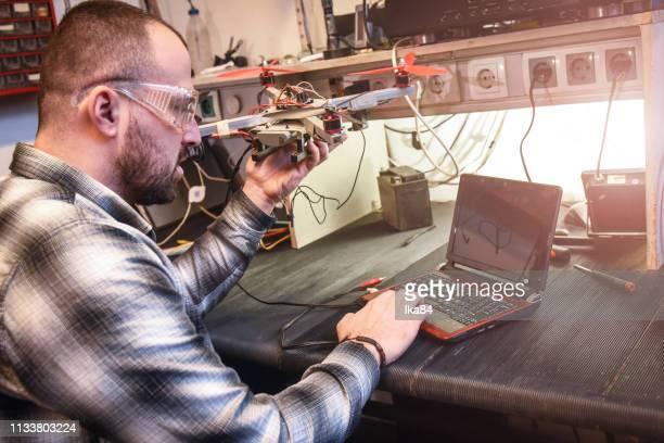 travailler dans un atelier électrique - science et technologie photos et images de collection