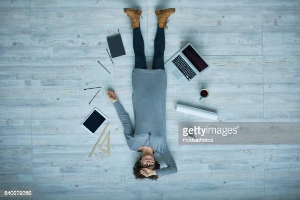auf dem kopf stehend arbeiten - lying down stock-fotos und bilder