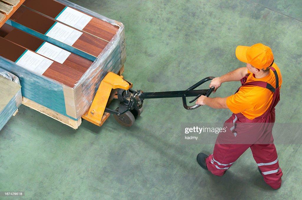 Trabajador con bifurcación carretilla elevadora para palés : Foto de stock