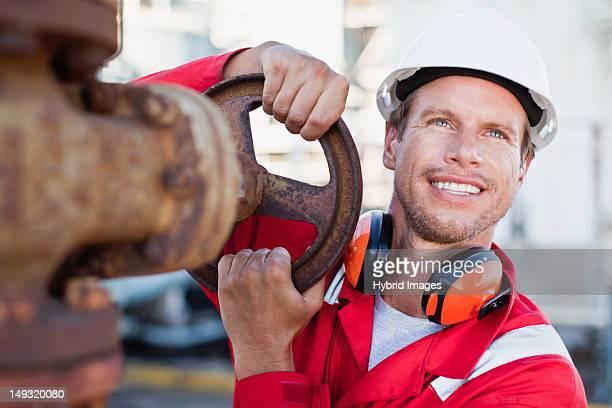 Arbeiter anpassen gauge in Chemiefabrik