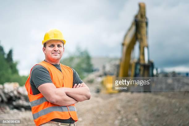Arbeiter in einem Baustelle arbeiten mit schweren Maschinen