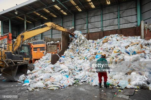worker at a recycling processing facility - プラスチック汚染 ストックフォトと画像