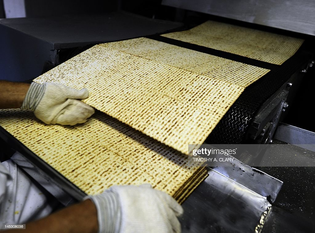 A worker at Streit's Matzo factory on th : News Photo